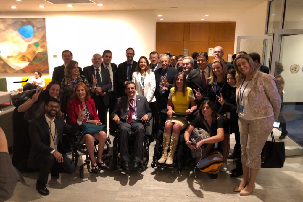 Foto de participantes da delegação brasileira à 11 Conferência dos Direitos das Pessoas com Deficiência - são cerca de 20 pessoas, sendo que algumas estão com cadeiras de rodas